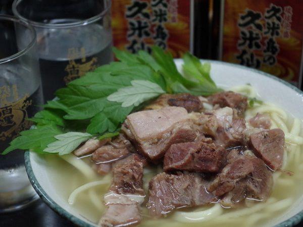 贅沢な、沖縄そば+山羊肉の「やぎそば」!