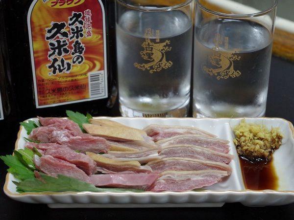 定番の「やぎ刺し」は生姜と醤油でお楽しみください