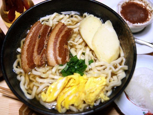黄金色の三枚肉が食欲をそそる沖縄そば
