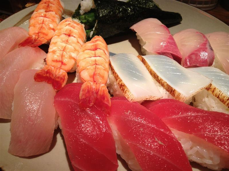 串焼きとともに、人気の寿司盛り