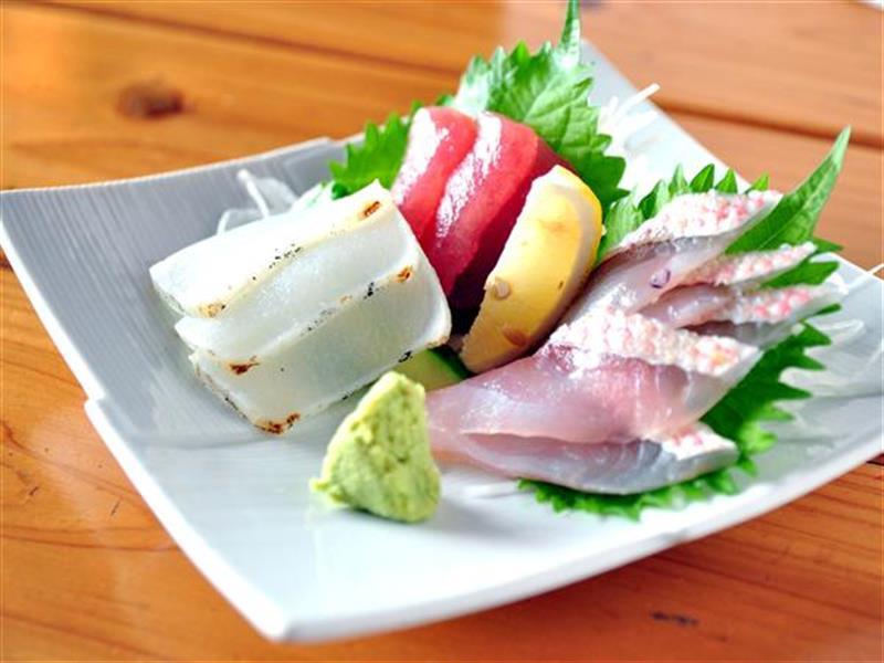 おまかせ刺身三点盛は新鮮な県産魚介