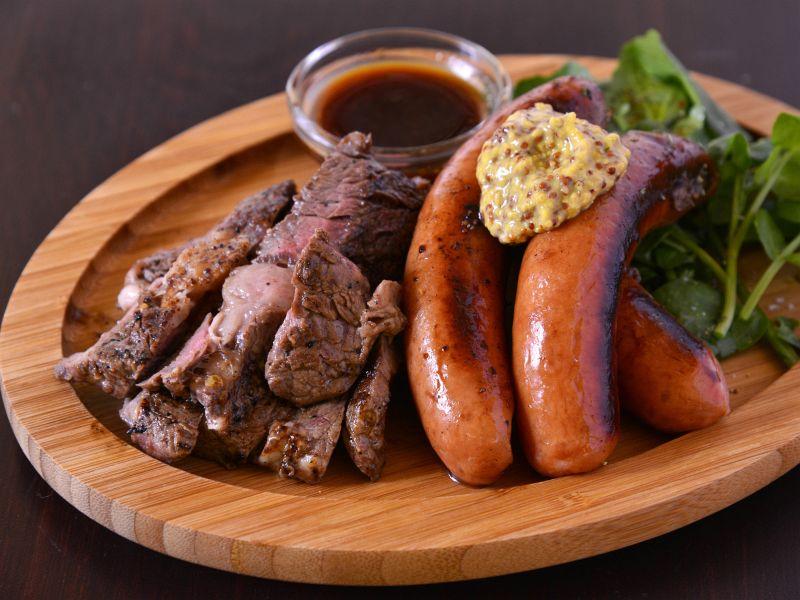 ステーキとソーセージのメニューでお肉を存分に!