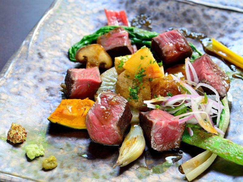 熟成肉のステーキも野菜たっぷりでヘルシー