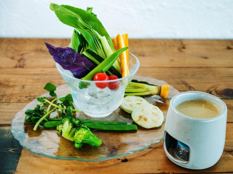 地元(玉城)の野菜を使用したバーニャカウダは絶品