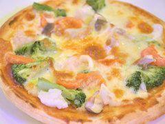 カリカリ生地、チーズのとろけるピザ