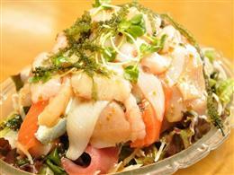 地元の海の幸を贅沢に使った海鮮サラダ