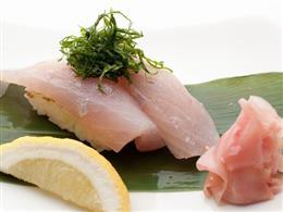 マグロやサメなどを粟国の塩で味わう寿司