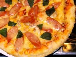 フレッシュなバジルたっぷりのピザ
