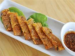 特製ソースが添えられた韓国のチヂミ
