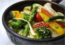 当店自慢の野菜料理。季節野菜の石窯焼き。