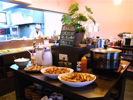 本日のおすすめ一品料理が並ぶカウンター