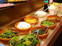 女性に人気!新鮮な野菜が並ぶサラダバー