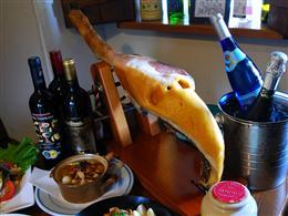 絶品スペインのハモンセラーノをワインとどうぞ!