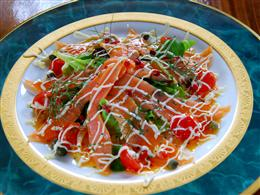 スモークした紅鮭のカルパッチョは彩りも豊か