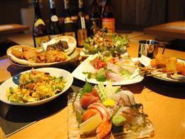 沖縄料理、串揚げ、刺身、定番フード数々