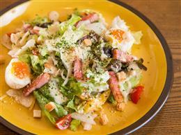 燻製温玉と厚切りベーコンのシーザーサラダ