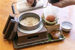 出汁炊き羽釜の卵かけご飯イクラのせ