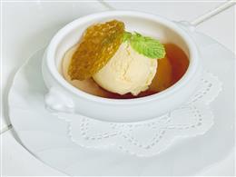 白桃のコンポートバニラアイス添え