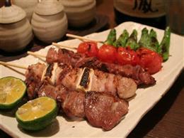 鶏肉も野菜も楽しめる、串焼き盛合わせ