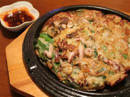 海鮮チヂミは特製のタレにつけて