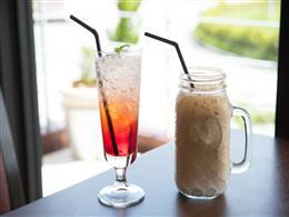 ラズベリーソーダとカフェラテ