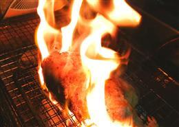 炭焼で豪快に炙ります。
