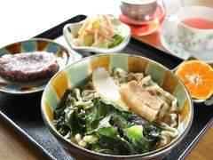 沖縄そばにも旬の野菜がたっぷり
