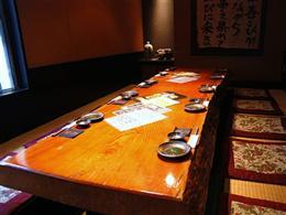 一枚板のテーブルの個室は10名様ご利用可能