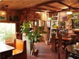 温かな空気に満ちたカントリー風の空間は、常連のお客さんでいっぱい