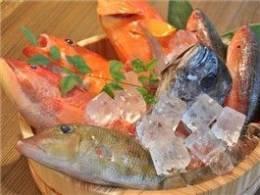 店主自ら市場で仕入れる、沖縄近海産の魚介類メニュー