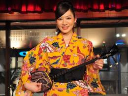 「泡盛の女王2011」選出、上原唯さんの歌と三線をライブで満喫!