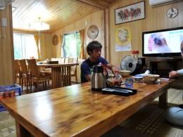 沖縄の民家を改装、ゆったりのんびりくつろげる雰囲気の店内