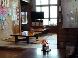 民家の内装をそのまま利用した店内こども用の椅子あり