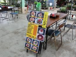 店舗横カウンターの以外にもテーブルがあります