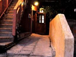 レトロなランプに照らされた隠れ家風の入り口