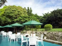 琉球王家の庭を望むテラス席