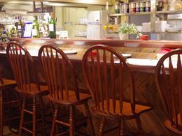 カウンター席では飲食と店員との話も楽しい