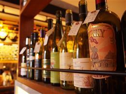 店内にはワインボトルがたくさん♪