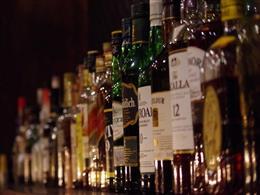 世界中のお酒が並ぶ