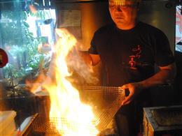 豪快に炎で炙ります!