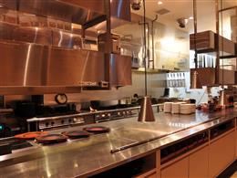 オープンキッチンで料理しているところが目の前に