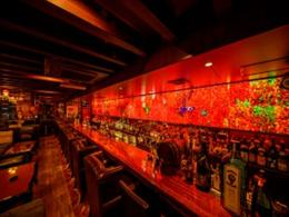 美しい琉球ガラスが輝くカウンター席