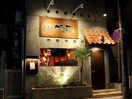 沖縄テレビの通り沿いにあるこの入口が目印