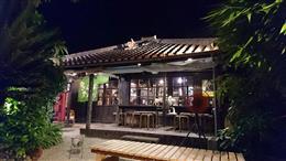 沖縄を感じる庭に面した縁側席