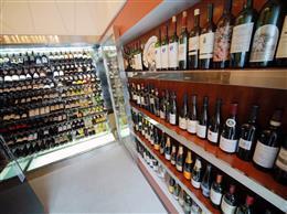 常時100種類以上のワインを取り揃え