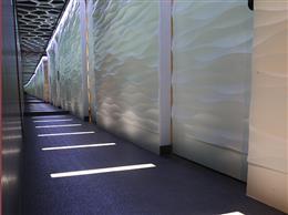 廊下の大きな鏡が空間を広くおしゃれに着飾る