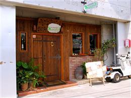 琉大北口の近く、木の扉が目印
