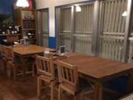 テーブル席の他、テラス席も完備!