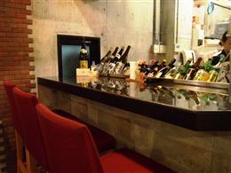 こだわりの日本酒が並ぶカウンター席
