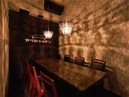 8名様まで収容可能の完全個室